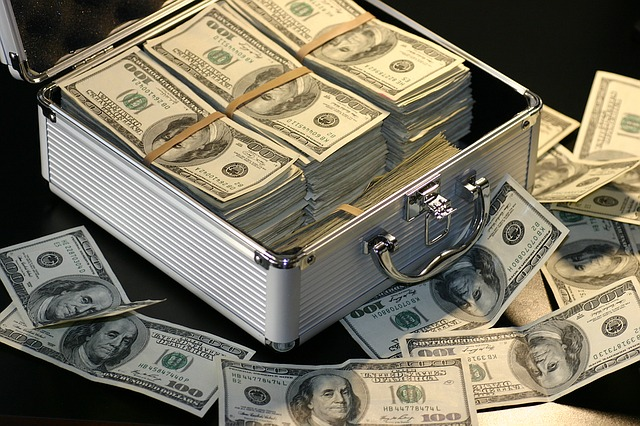 kufr plný dolarů