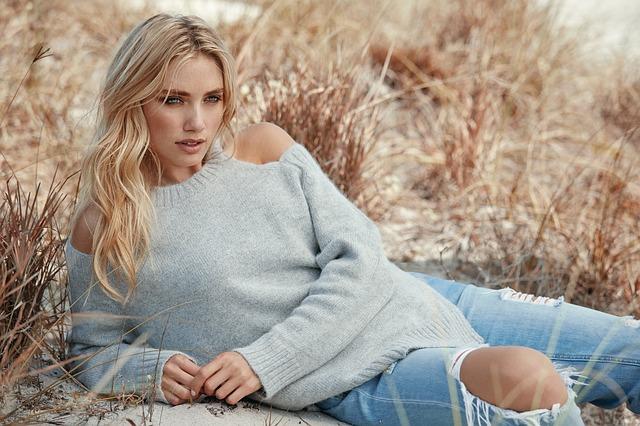 blondýna ve svetru
