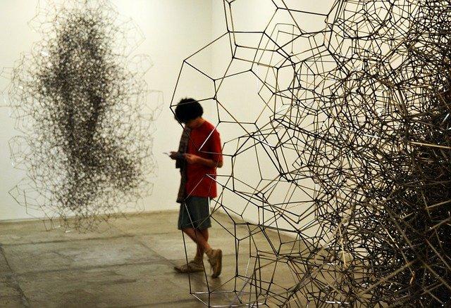 muž v galerii