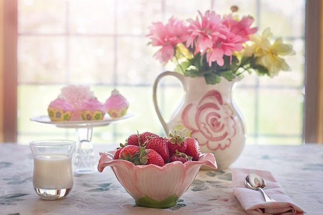 jahody v misce s květinovým zátiším