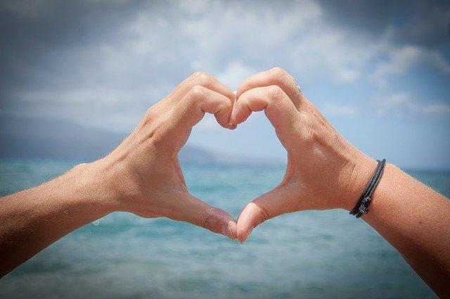 ruce tvořící srdce