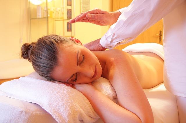 mladá žena na masáži
