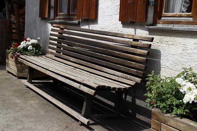 lavička před domem