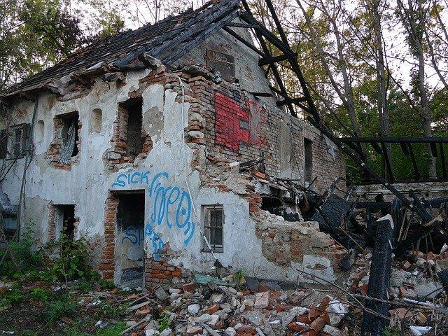 opuštěný dům po požáru