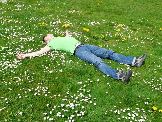 muž odpočívající v trávě