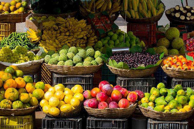 ovocný trh s mnoha druhy ovoce