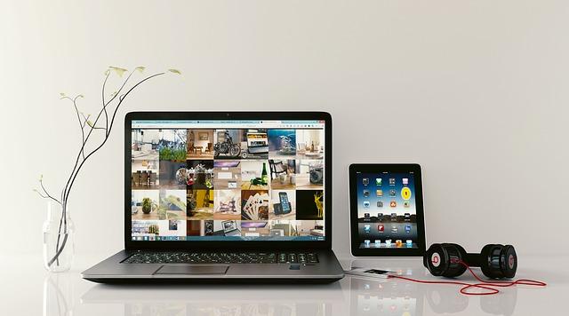 laptop a sluchátka