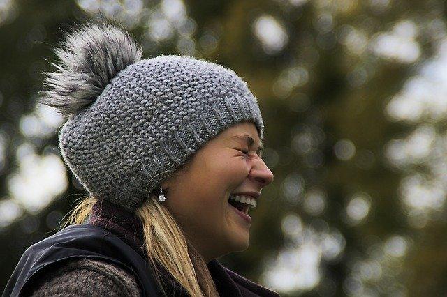 smějící se dívka v čepici