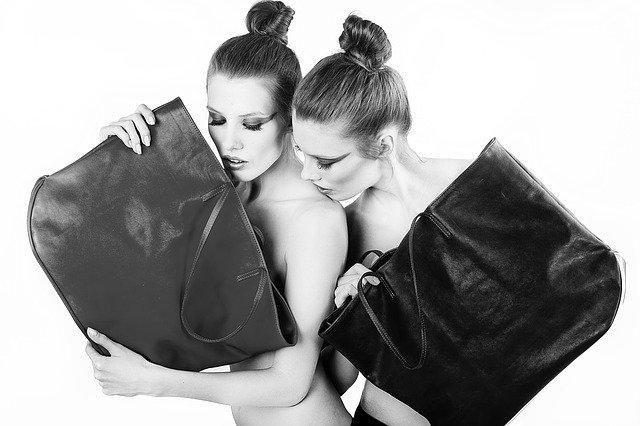 dvě dívky s kabelkami