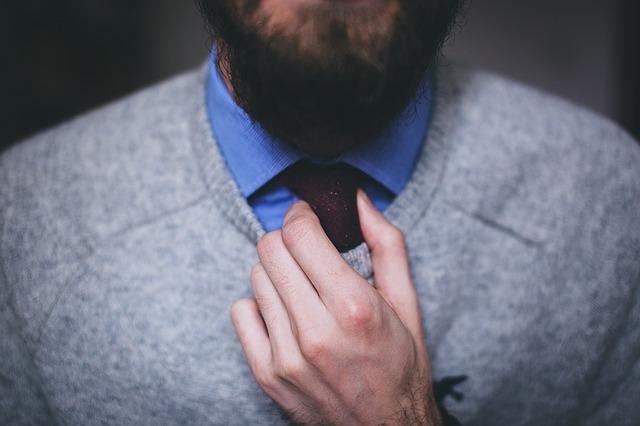 kravata pod svetrem
