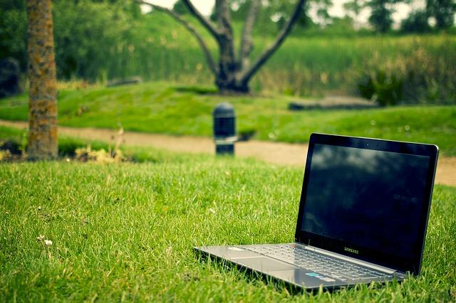 s notebookem v trávě