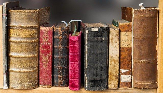 police starých knih