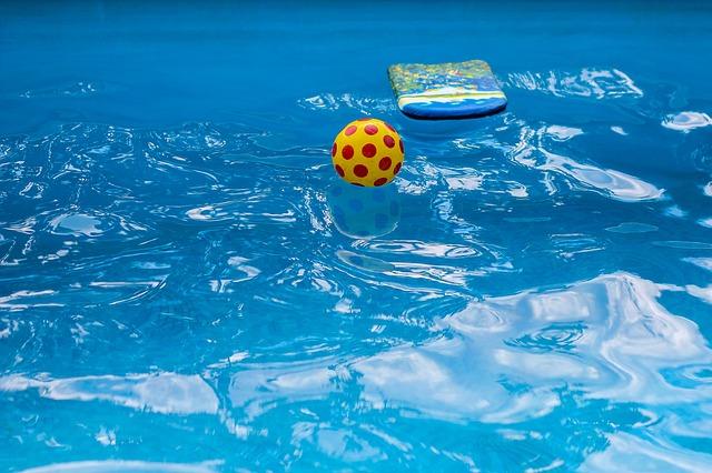 míček a destička na hladině