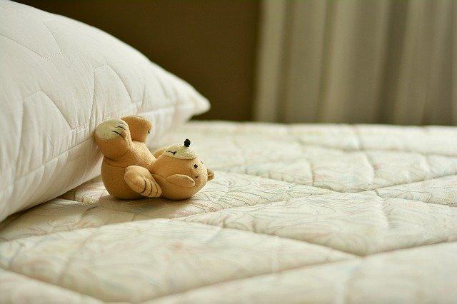 plyšák na posteli