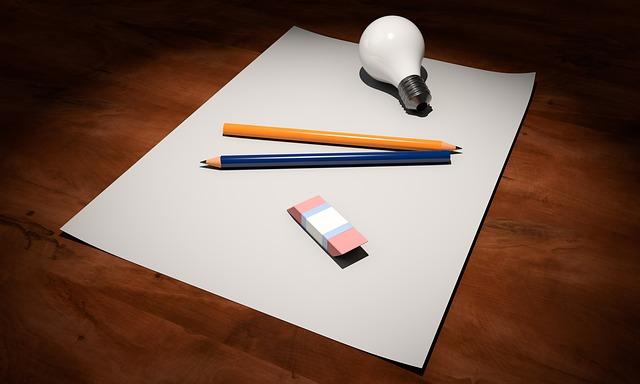 prázdný papír, tužka a žárovka
