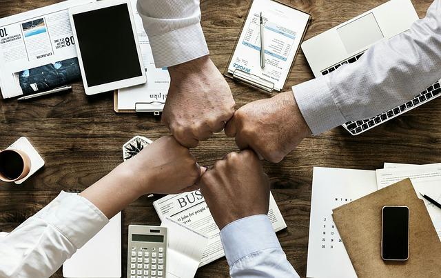 čtyři ruce kolegů