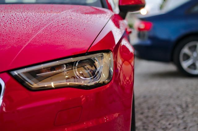 přední světlo červeného automobilu