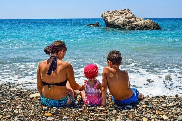 tři děti na pláži