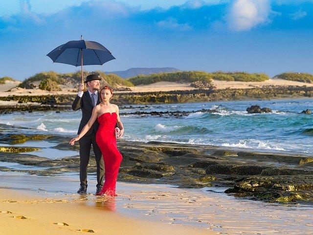 muž a žena ve společenském u moře