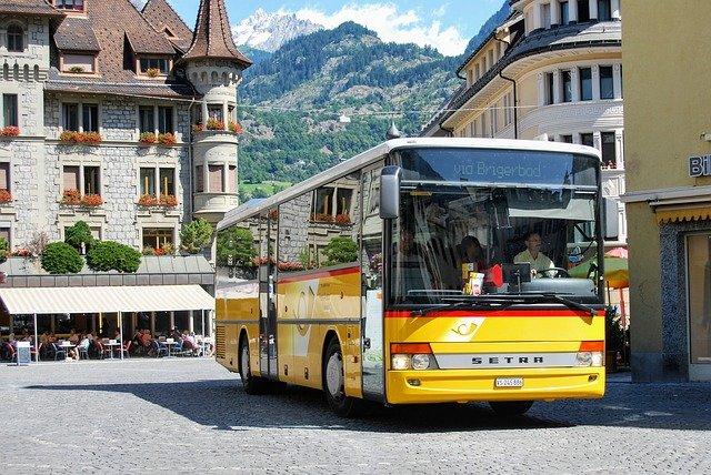 Autobus projíždějící městem