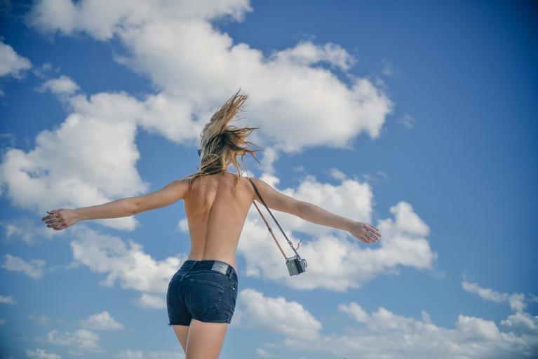 děvče proti nebi