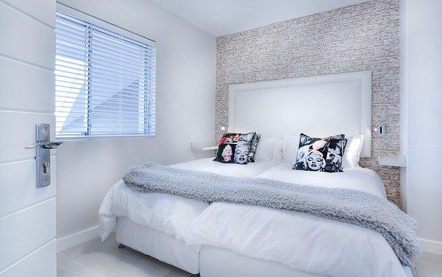 ložnice s luxusní postelí