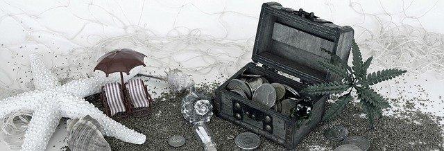truhlice s penězi a symboly dovolené