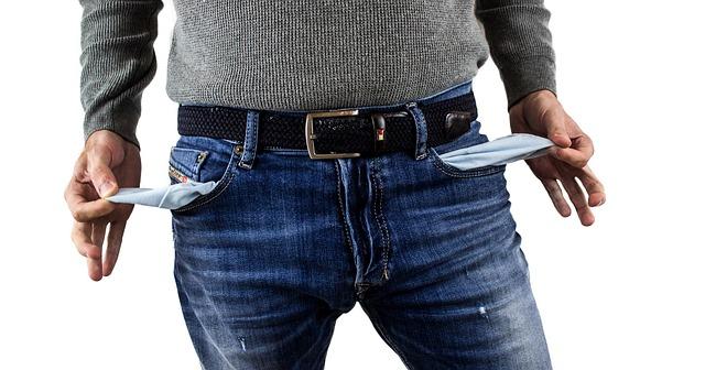 muž, který si obrací prázdné kapsy