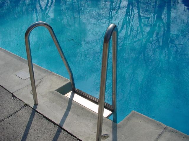 bazénové schůdky v bazénu