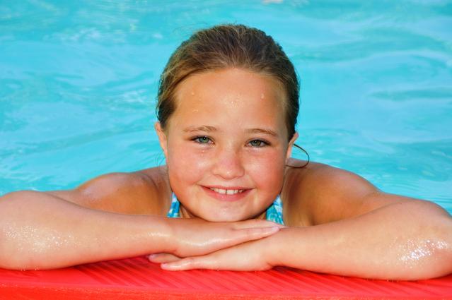 fotografie dívky v bazénu