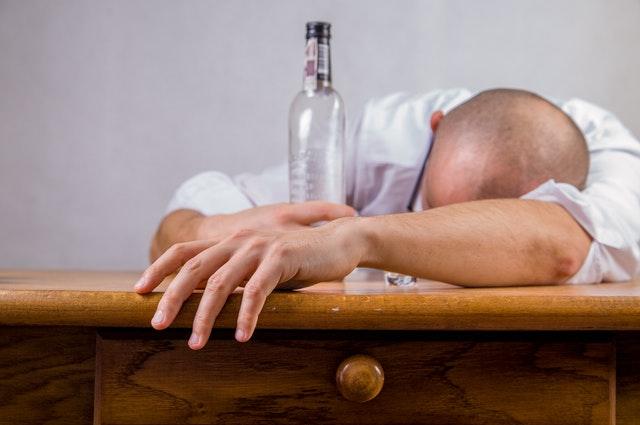 Muž znavený alkoholem