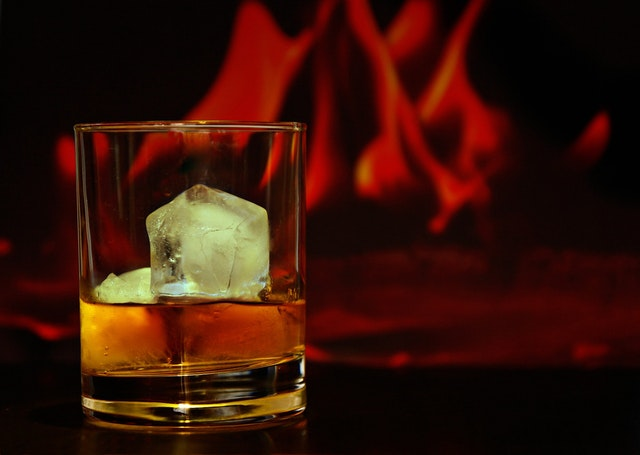 Sklenice alkoholu s ledem