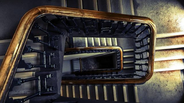 Pohled shora na schodiště domu