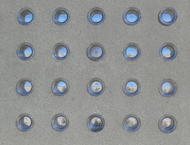 betonová zeď s otvory.jpg