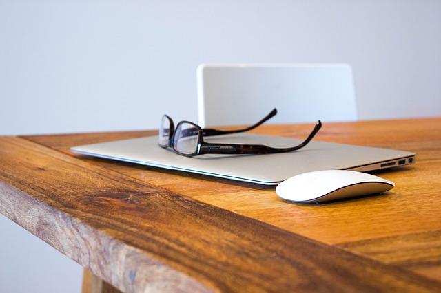 notebook na dřevěném stole.jpg