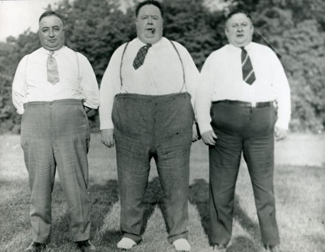 černobílé foto – tři prostorově výraznější muži