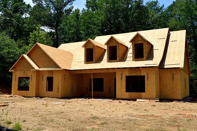 rodinný dům rozestavěná dřevostavba, hrubá stavba z desek.jpg