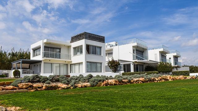 bílé domy, před nimi louka, více u sebe je jich několik.jpg