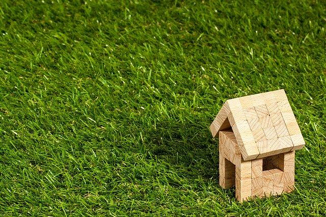 domeček z kostek na trávě