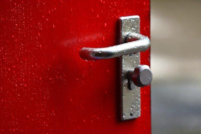 červené dveře, stříbrná klika
