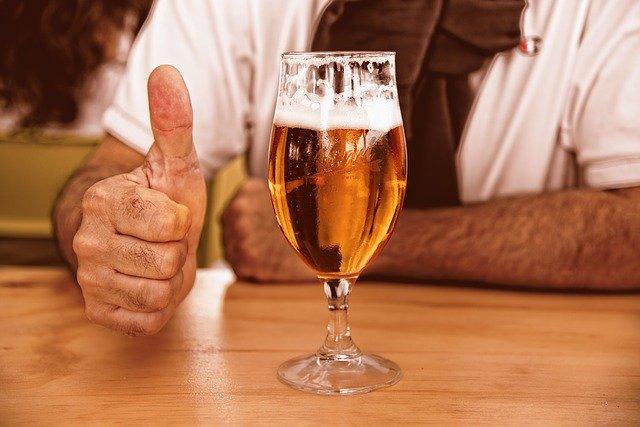 sklenice na stopce muž s pivem