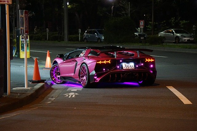 upravené fialové auto podsvícení