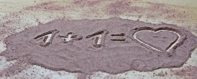 písek je možné využít i na kreativní malování