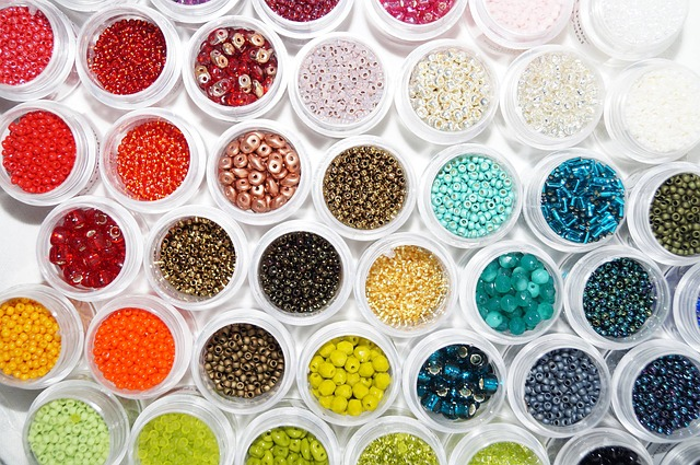 barevné korálky k navlékání