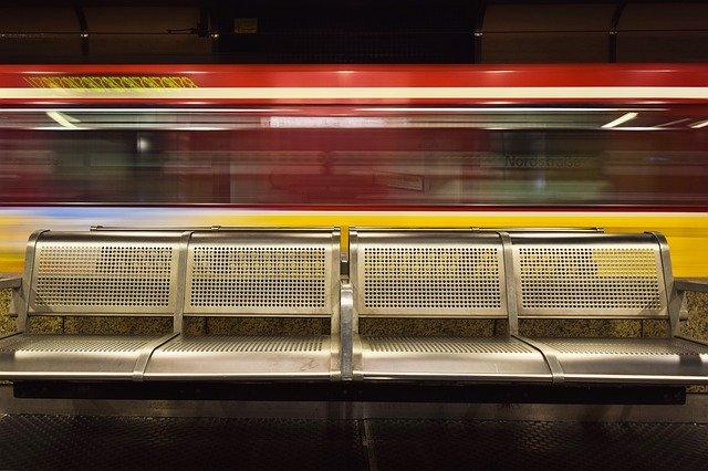 sedačky na vlakovém nádraží